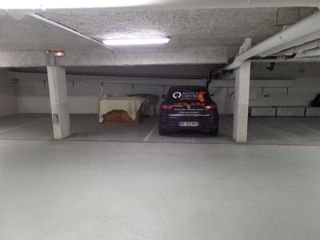 Une voiture bien au chaud tous les soirs sur son stationnement